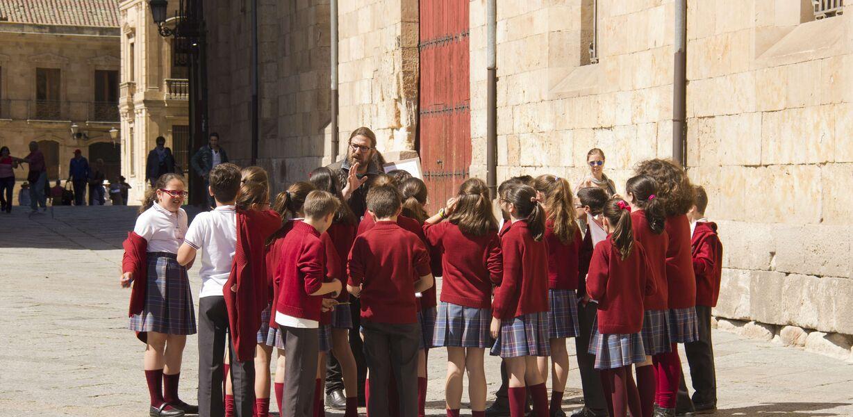 Школьные поездки вызвали крупную вспышку COVID-19 в нескольких регионах Испании