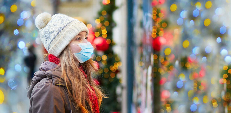 ВОЗ рекомендует носить маски на семейных праздниках